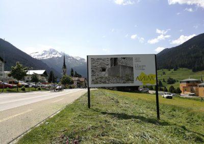 Plakat am Ortseingang von Savognin zur Eröffnung